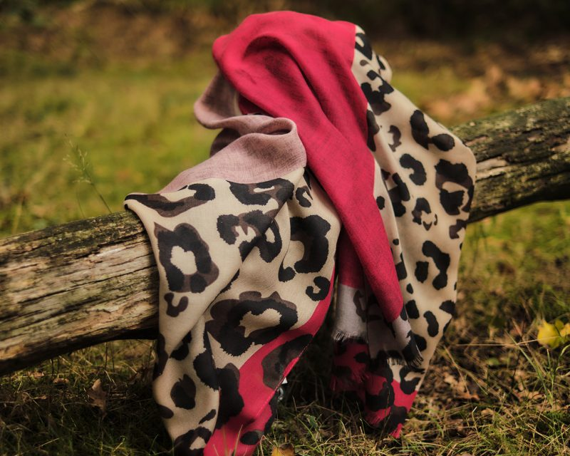 Shawl-katoen-viscose-panterprint-rood-zwart-ecru-oud-roze