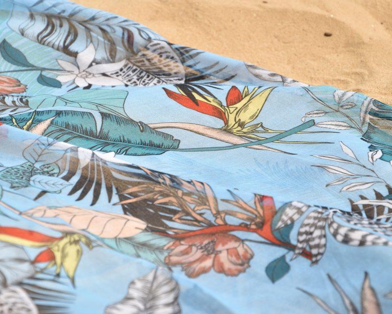 Shawl, katoen viscose, tropisch dessin, lichtblauw